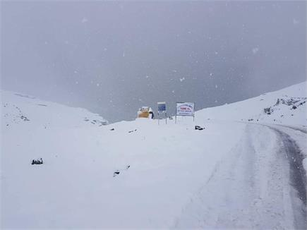 रोहतांग दर्रे में बर्फबारी का सिलसिला जारी, देखिए सैलानियों की मस्ती...