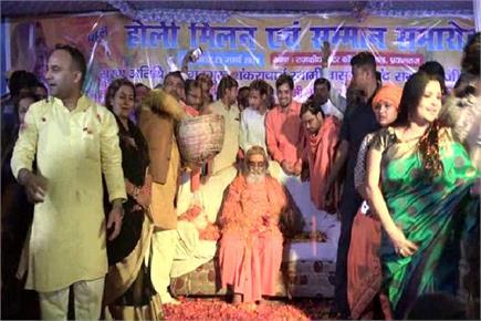 किन्नर अखाड़ा ने खेली फूलों की Holi