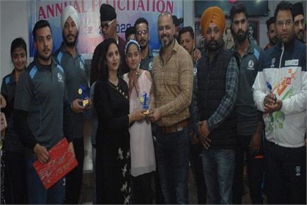 द मसल नेशन जिम की अवार्ड सैरामनी में विजेताओं को सम्मानित करते हुए...