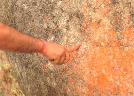 ताकत से नहीं सिर्फ एक उंगली से हिलती है ये विशाल चट्टान(PICS)