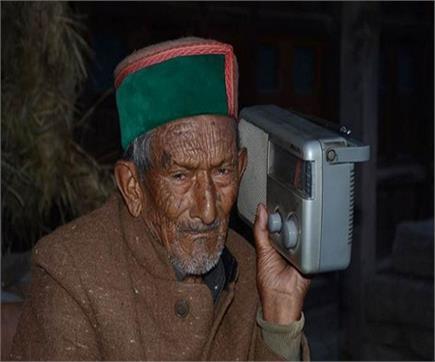 ये हैं भारत के पहले वोटर (Watch pics)