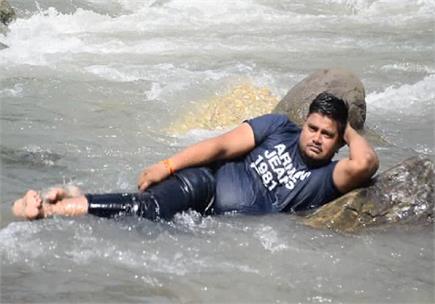 ब्यास की लहरों में अठखेलियों कर रहे पर्यटक (Watch Pics)