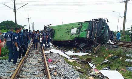 थाईलैंड में बस-ट्रेन टक्कर में 17 लोगों की मौत (Pics)
