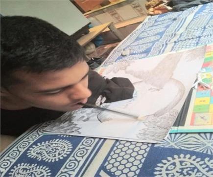 इस छात्र ने मुंह से पेन पकड़कर 12वीं के दिए EXAM, 80% झटके अंक (PICS)
