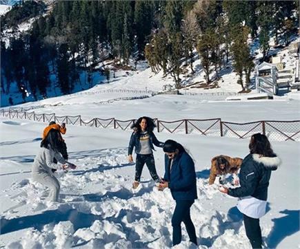 मनाली घूमने पहुंची कंगना ने बर्फ से खूब की अठखेलियां (PICS)