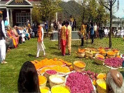 पालमपुर के इस स्थान में मनाई फूलों की होली(PICS)