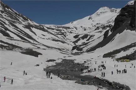पहले दिन पर्यटकों से गुलजार पर्यटन स्थल मढ़ी, बर्फ के बीच उठाया लुत्फ...