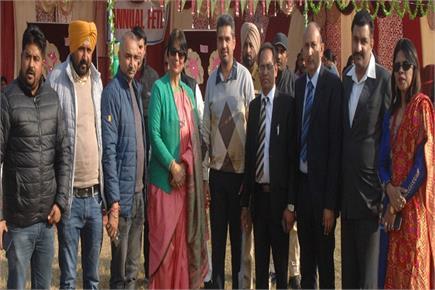 बी.डी. आर्य को-एड कालेज में फेट के दौरान चीफ गैस्ट बावा हैनरी,...