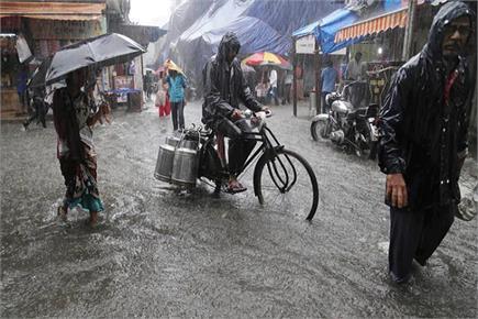 UP में भारी बारिश से रेल, सड़क एवं हवाई यातायात पूरी तरह से बाधित,...