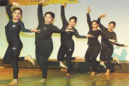 छात्राओं ने सीखा शाव योगा