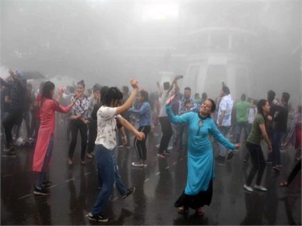 Shimla के रिज पर बारिश में पर्यटकों ने जमकर लगाए ठुमके (Watch Pics)