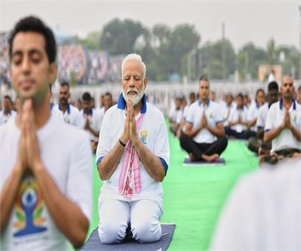 'पानी से लेकर पहाड़' तक दुनियाभर में मनाया गया योग का जश्न