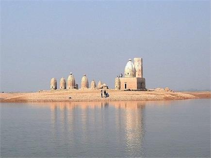 8 महीने पानी में डूबा रहता है ये मंदिर, देखें तस्वीरें