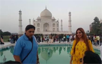 बिग बॉस फेम अर्शी खान पहुंची आगरा, किया ताज का दीदार