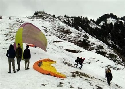 बर्फ की सफेद चादर से ढकी Bir Billing (Watch Pics)