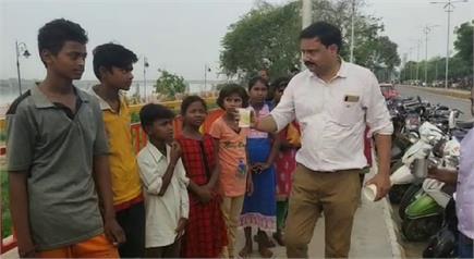 भोले बाबा का अनोखा भक्त, जो शिव की जगह गरीब बच्चों को पिलाता है दूध
