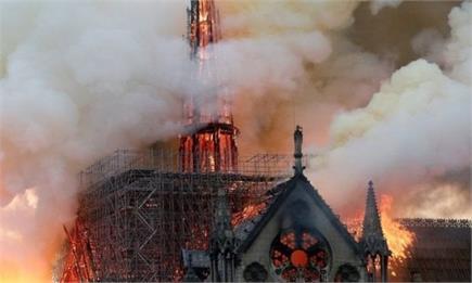 850 साल पुराना नोट्रे डेम कैथेड्रल चर्च जल कर राख, देखें भयानक...