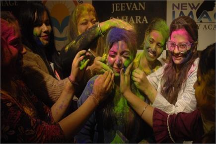 होली के रंगों में रंग-बिरंगे चेहरे