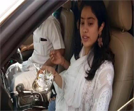 'धड़क' अभिनेत्री जान्हवी ने किया बाबा भोले का दर्शन-पूजन, की गंगा आरती
