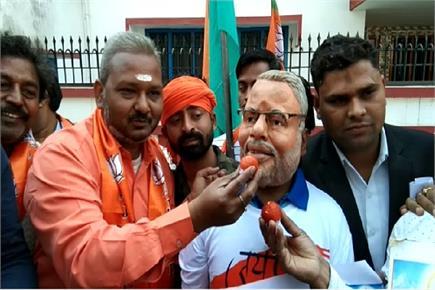 Air Strike: वाराणसी में BJP ने निकाला शौर्य जुलूस, PM का मुखौटा पहने...
