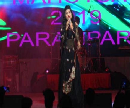 ताज महोत्सव में ऋतु पाठक ने बिखेरा अपनी आवाज का जादू, झूम उठे दर्शक