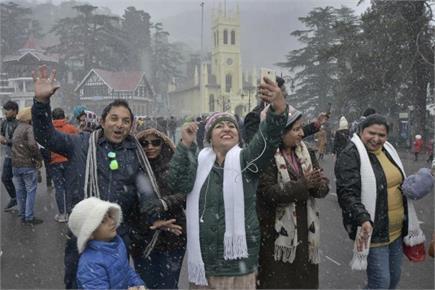 पहाड़ी इलाकों में बर्फबारी का लुत्फ उठाते पर्यटक, दिल्ली में कोहरे के...