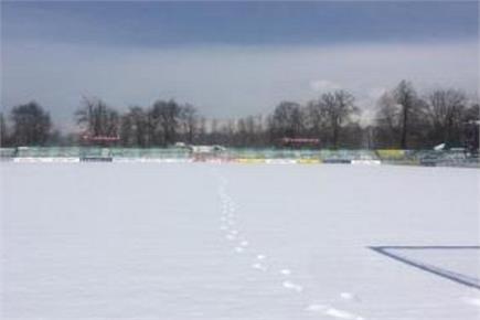 0 डिग्री पर श्रीनगर में खेला गया फुटबॉल मैच, देखें तस्वीरें