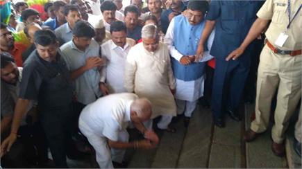 CM येदियुरप्पा ने पीएम मोदी के स्टाइल में विधानसभा में की एंट्री