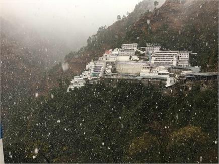 ताजा बर्फबारी ने किया माता वैष्णो देवी की पहाड़ियों का श्रृंगार, बेहद...