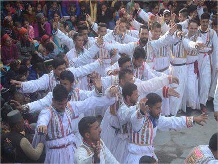 बूढ़ी दिवाली पर पारंपरिक वेशभूषा में सैकड़ों डाल रहे रासे, झूम रहा...