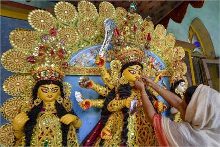 दुर्गा पूजा और गरबा की धूम, सजने लगे पंडाल