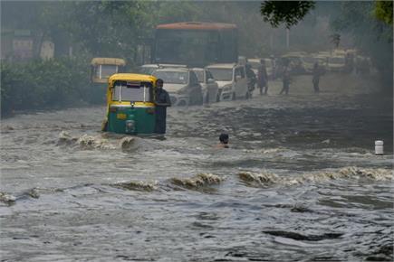 दिल्ली-NCR में हुई झमाझम बारिश, कहीं राहत तो कहीं आफत