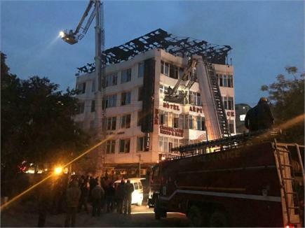 दिल्ली: होटल में लगी भीषण आग ने छीन लीं 17 जिदंगियां, चौथी मंजिल से...