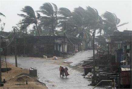 तितली तूफान का ओडिशा-आंध्र में कहर, तेज हवाओं ने उखाड़े पेड़ और बिजली...