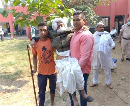 मतदान का जुनून: गोदी में बैठकर वोट डालने के लिए आए ताऊ
