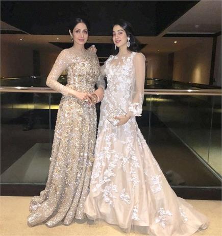 मां-बेटी नहीं, कई बार बहनों की तरह दिखीं Sridevi-Jhanvi