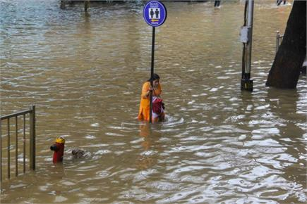 मुंबई के लिए आफत बनी बारिश, पुल बंद, रेल की पटरियां डूबीं