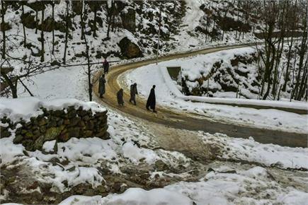 जम्मू-कश्मीर में भारी बर्फबारी, दिल्ली में बारिश ने बढ़ाई ठंड