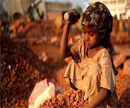 गरीबी के बोझ तले दबता मासूमों का बचपन