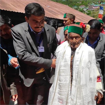 देश के पहले मतदाता श्याम सरण नेगी ने किया मतदान (Watch Pics)