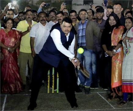 जब महाराष्ट्र के सीएम देवेंद्र फडणवीस ने बल्ले पर आजमाया हाथ, लगाए...