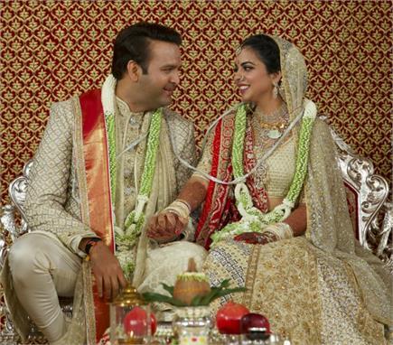 ईशा-आनंद पीरामल की शादी में पहुंची दिग्गज हस्तियां, बेटी को दुल्हन के...