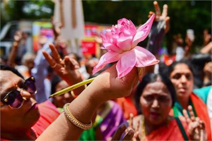 कर्नाटक चुनाव: रविशंकर प्रसाद ने निर्मला को खिलाई मिठाई, कुछ ऐसे...