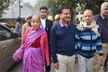 मां और पिता के साथ नामांकन भरने पहुंचे दिल्ली CM अरविंद केजरीवाल