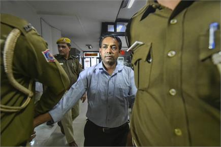 दिल्ली सीएम अरविंद केजरीवाल पर मिर्ची पाउडर से हमला, धक्का-मुक्की में...