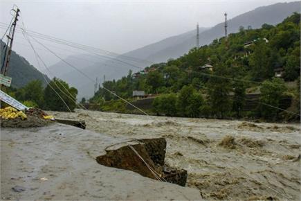 बारिश की तबाही से थर्राया उत्तर भारत, पहाड़ों पर बर्फबारी तो मैदानों...