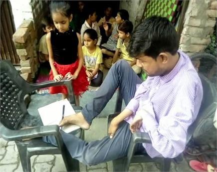 हौसले को सलामः हाथों की जगह पैरों से लिख रहा अपना नसीब