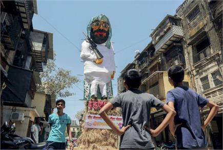 Pics of the day: बच्चों ने होलिका दहन के लिए बनाया मसूद का पुतला,...