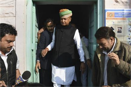राजस्थान-तेलंगानाः वोट डालने पहुंची दिग्गज हस्तियां, लोगों में सेल्फी...