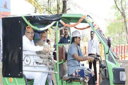PM ने मंच पर बुजुर्ग महिला को पहनाई चप्पल, सविता के ई-रिक्शा पर भी की...